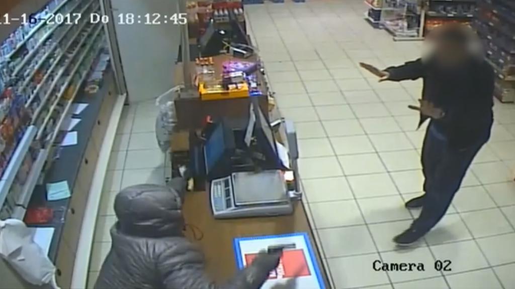 Onder schot gehouden winkeleigenaar gaat in discussie met overvaller in Osdorp