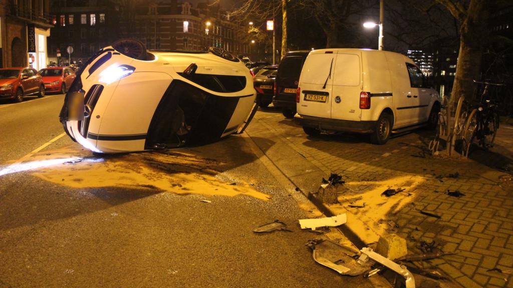 Auto op kant na ongeluk op Nassaukade: automobilist aangehouden