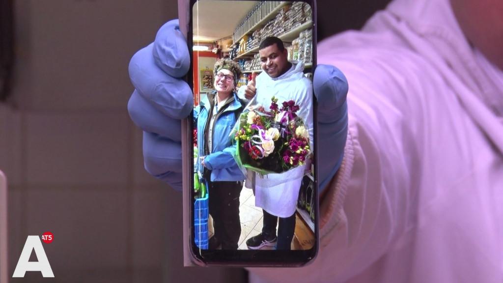 Slager Aziz die klant 90 euro te veel liet pinnen is dolblij: 'Ze is gevonden!'