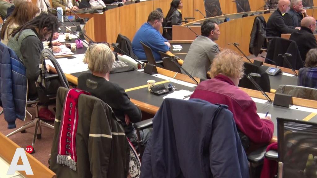 Dakloze 'gemeenteraad' roept wethouders op matje: 'Niks veranderd, ondanks de toezeggingen'