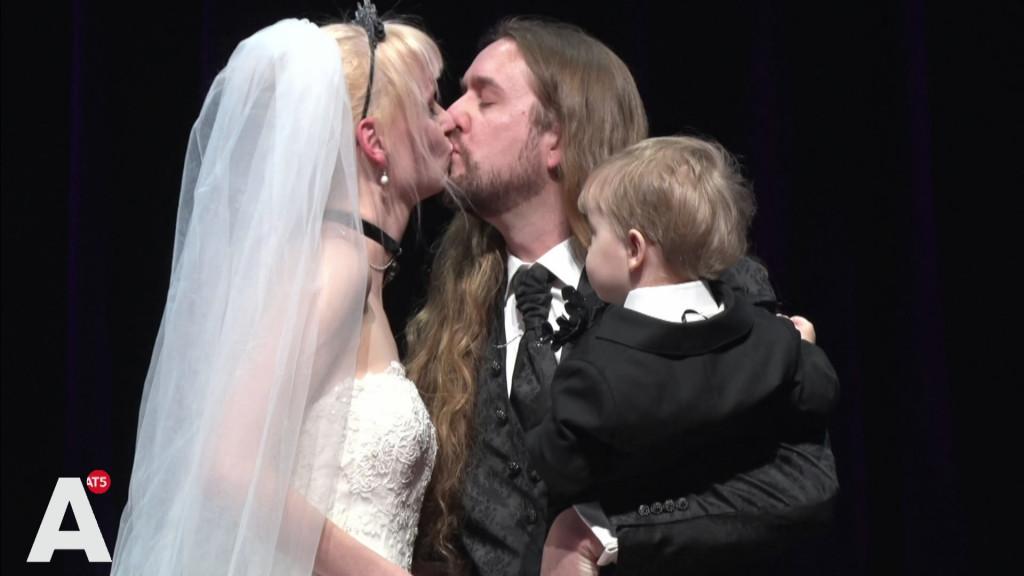 Koppels trouwen in Paradiso wegens 50-jarig jubileum