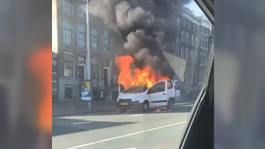 Busje in vlammen op door bijzondere lading