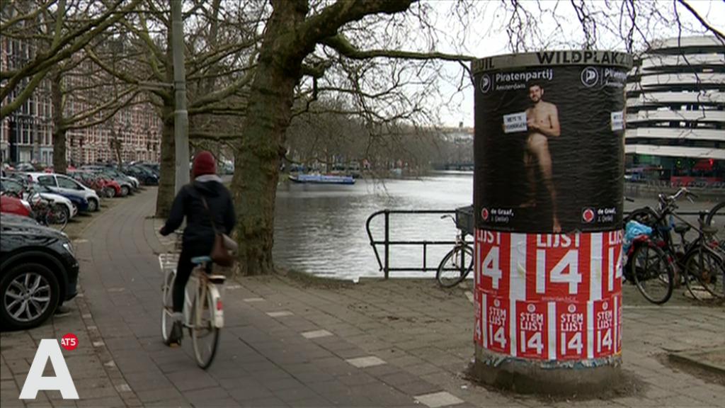 Lijsttrekker Piratenpartij naakt op campagneposters: 'Met je leuter aan een plakzuil hangen'