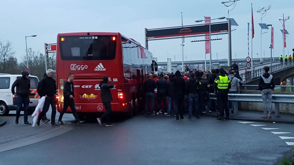 Ziedende Ajax-fans versperren doorgang van spelersbus en confronteren elftal