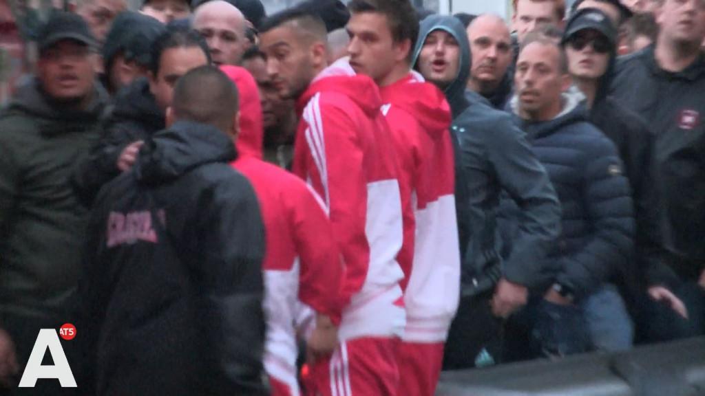 Ziyech kreeg duw van supporter bij Ajax-bus
