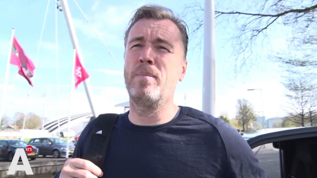 Richard Witschge over incident spelersbus: 'Als er iemand voor de bus staat, rij je niet door natuurlijk'