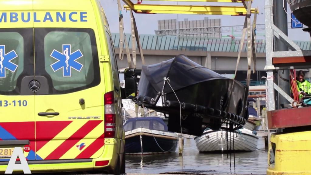 Hulpdiensten massaal uitgerukt voor omgeslagen boot bij IJburg