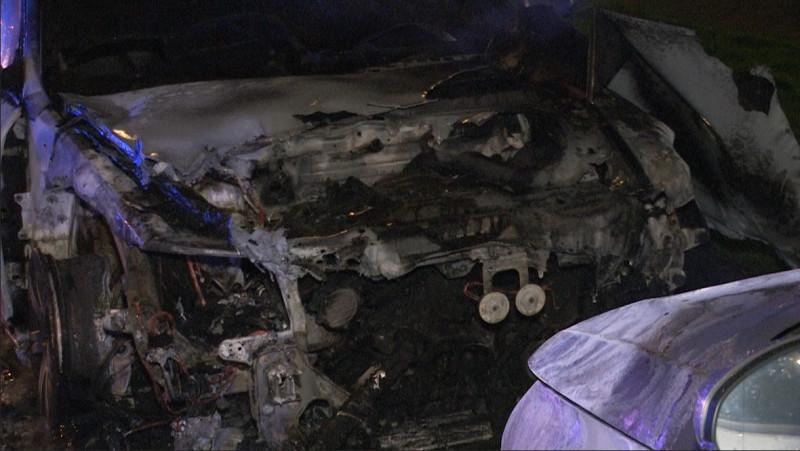 Twee auto's uitgebrand op IJburg; politie zoekt verdachten
