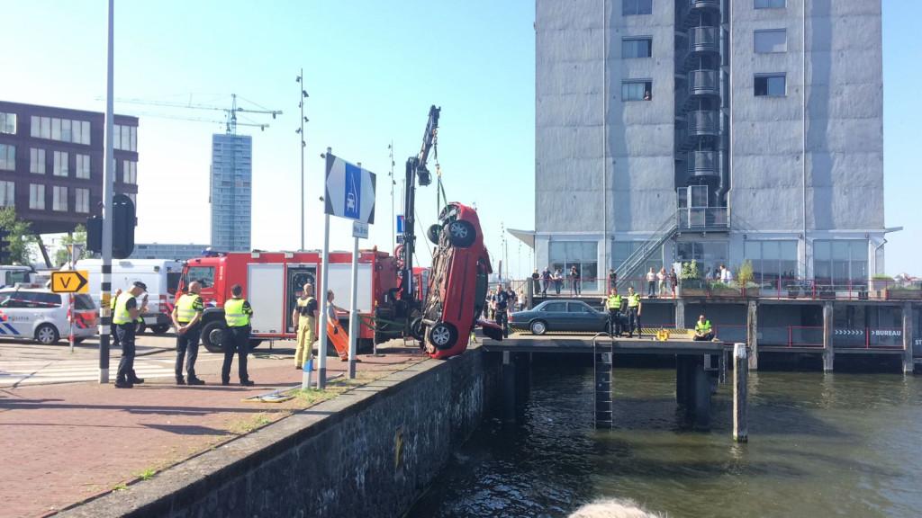 Auto te water bij Silodam in West: bestuurder bevrijdt zichzelf