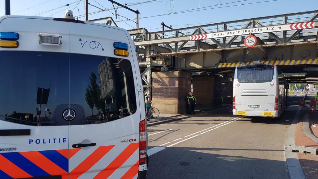 Touringcar vast onder spoorbrug, treinverkeer weer op gang
