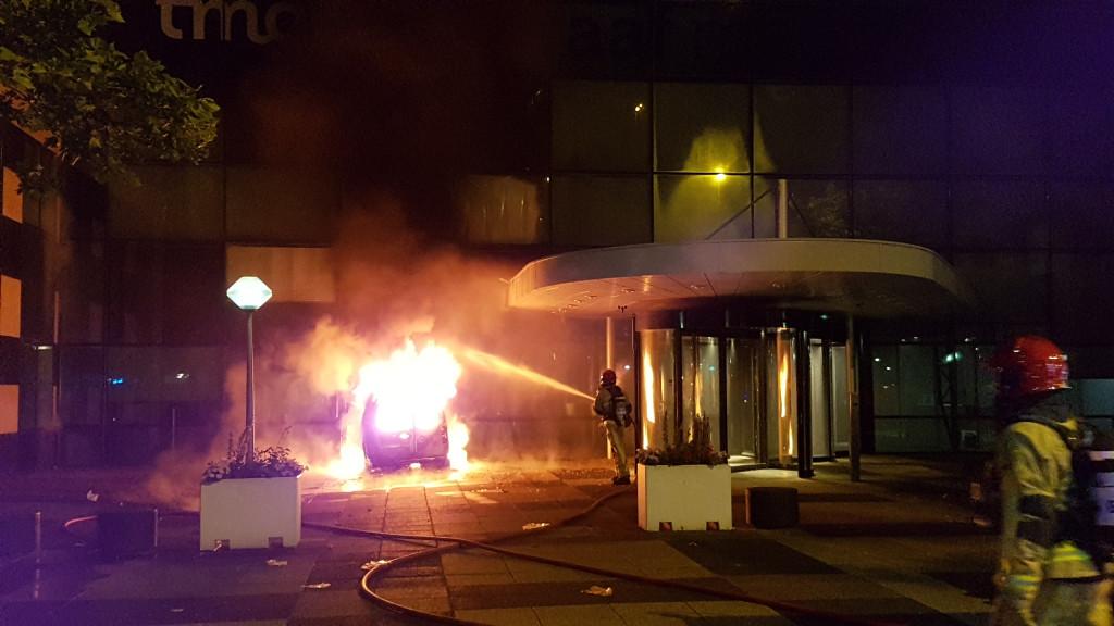 Busje rijdt pand De Telegraaf binnen en vliegt in brand; politie gaat uit van opzet