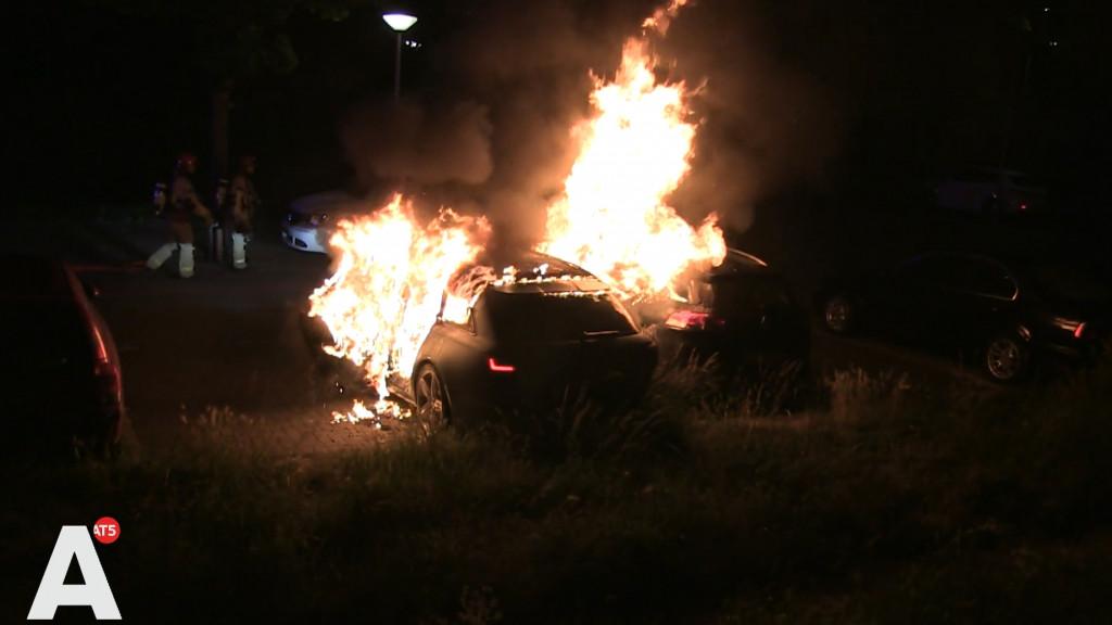 Vlammen slaan uit geparkeerde auto in Noord