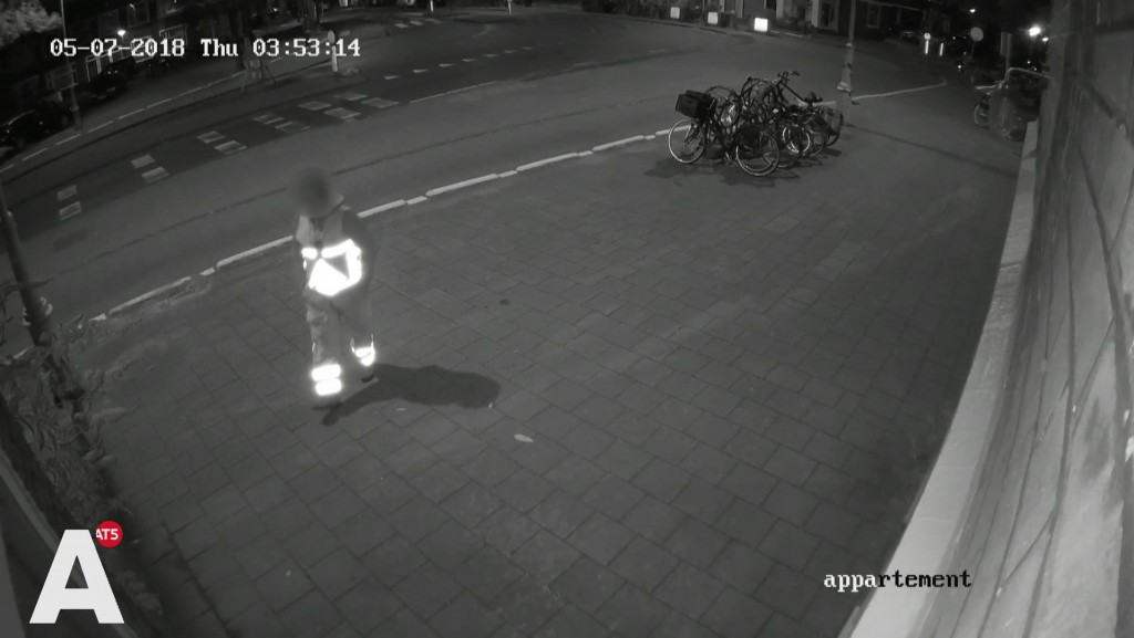 Bewoonster woedend op verkeersregelaars die tegen haar huis plassen