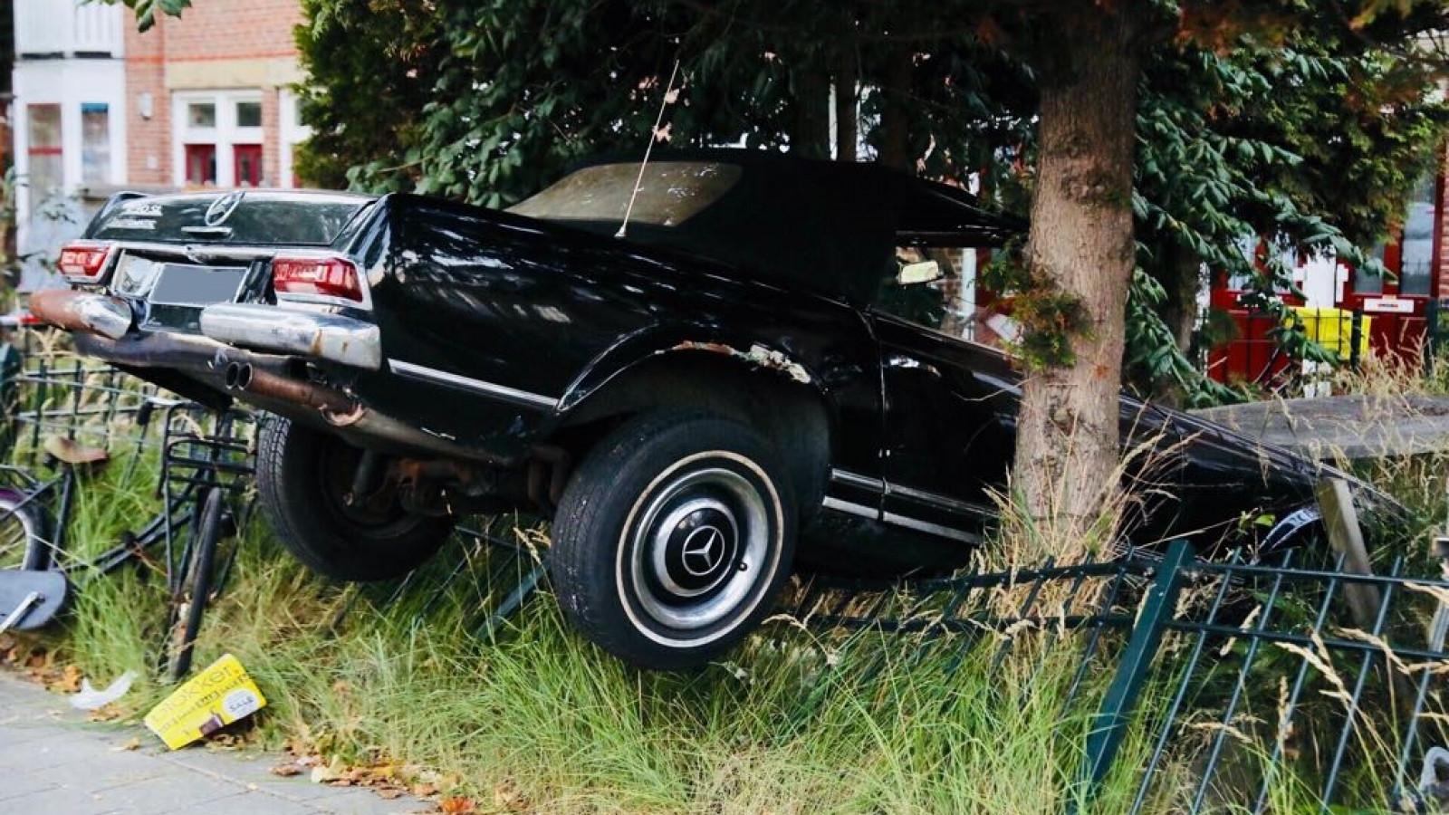 Parkeren In Voortuin : Klassieke mercedes uit in voortuin geparkeerd in noord at