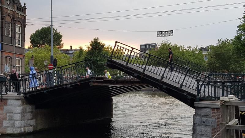 brug marnixstraat schiet plotseling omhoog