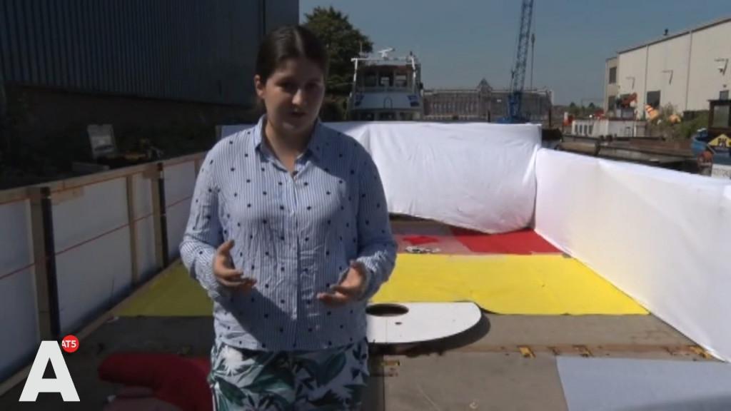 Activisten vanuit hele wereld op boot Canal Parade: 'Fantastisch dat ik mijn vriendin hier kan kussen'