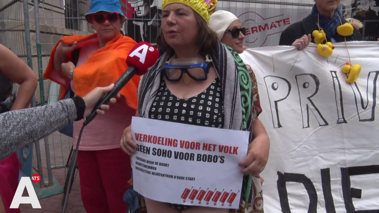 Zwem Badpak.Demonstranten In Badpak Verzamelen Zich Voor Soho House Wij Gaan