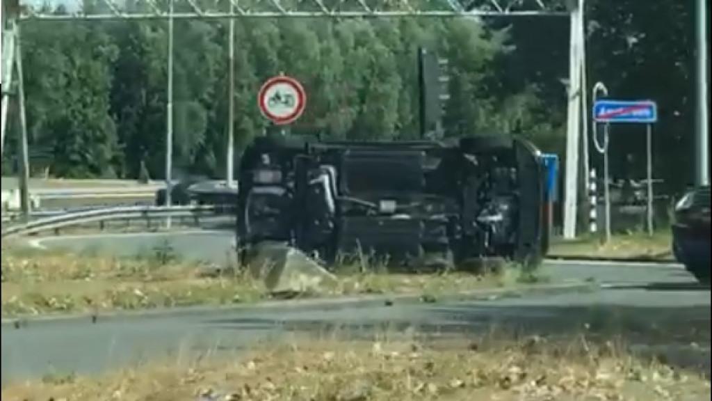 Auto op z'n kant door ongeval bij Zuiderzeeweg
