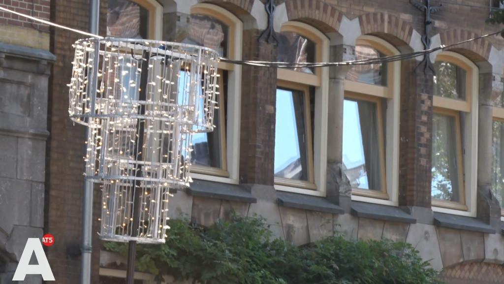13 september: Bilderdijkstraat al versierd met kerstverlichting