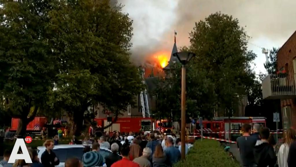 Sein brand meester bij grote uitslaande brand in kerk Amstelveen