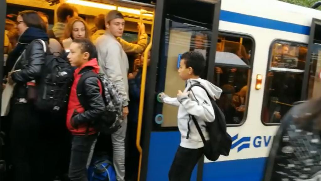 Overvolle metro's op lijn 51 door minder beschikbare voertuigen