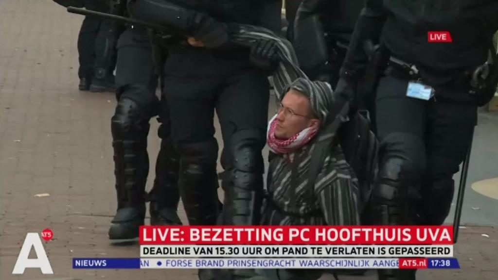 Activisten P.C. Hoofthuis een voor een weggedragen