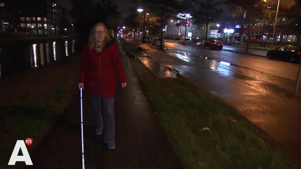 Debby voortaan met lichtgevende blindengeleidestok over straat na aanrijding