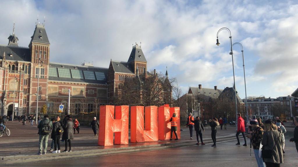 Er staan weer letters op het Museumplein: HUH