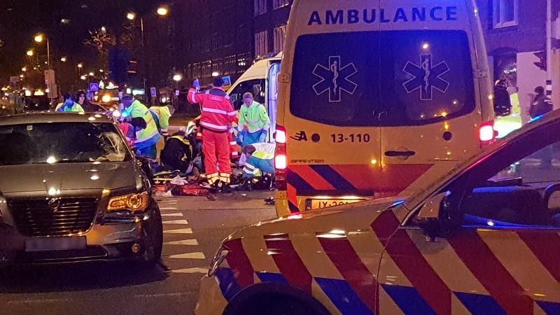 Twee gewonden na botsing taxi en scooter op Jan van Galenstraat