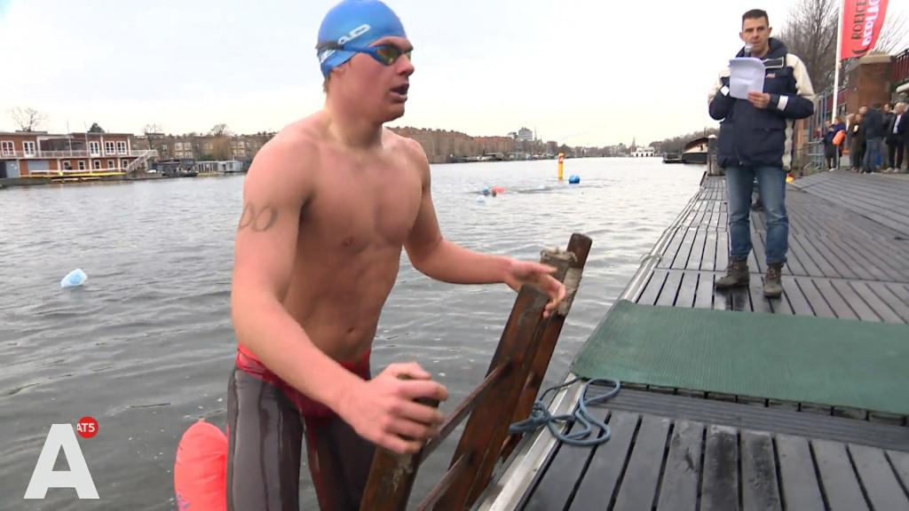 Zwemmen in ijskoude Amstel: 'Ik vind het heerlijk'