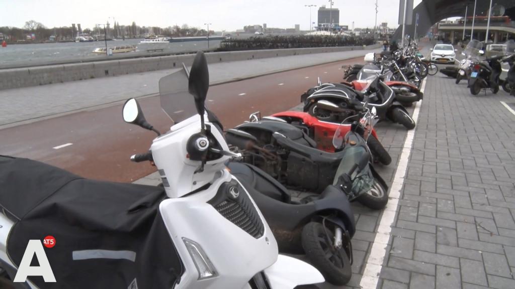 Domino Day bij CS Amsterdam: Scooters beschadigd door storm