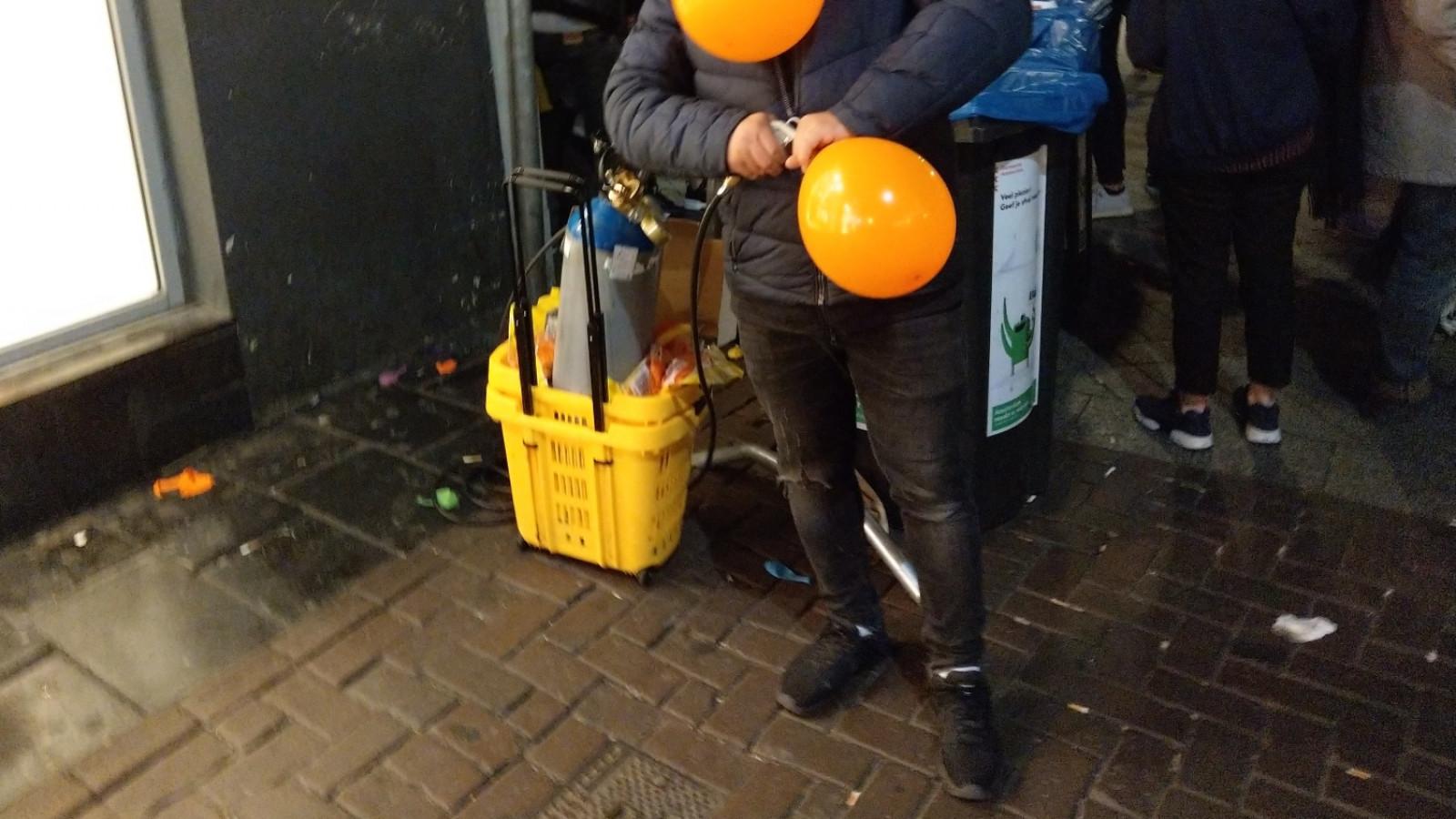 Een lachgasballon wordt gevuld in de Leidsestraat - AT5