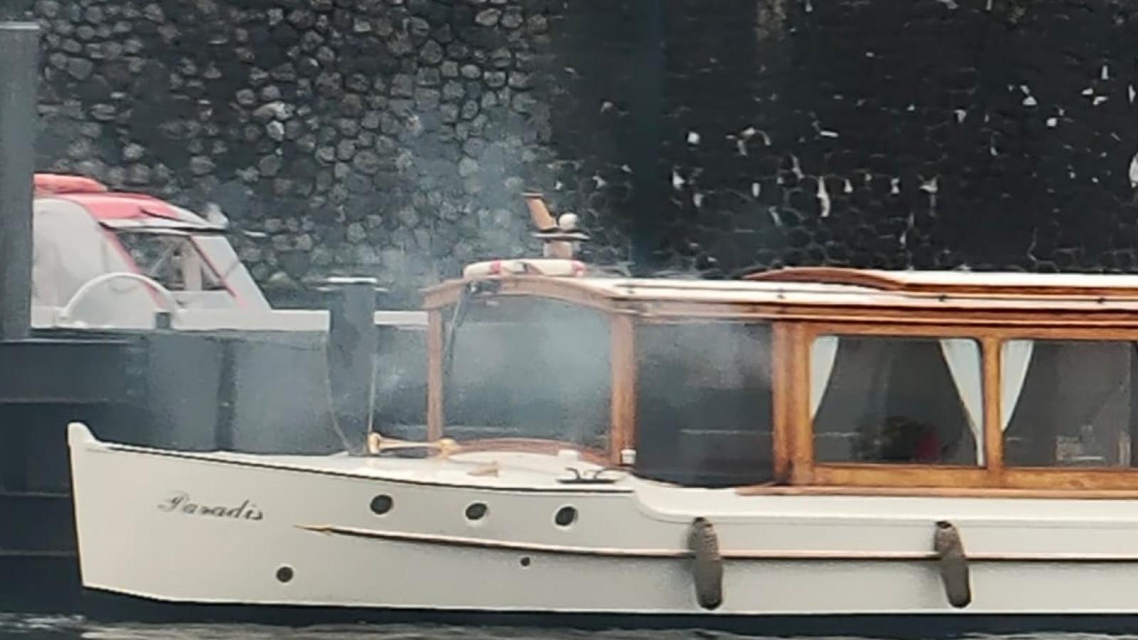 In een salonboot die in het water bij de De Ruijterkade ligt, is rond 13.00 uur brand uitgebroken`