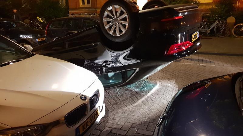 Auto over de kop Vosmaerstraat