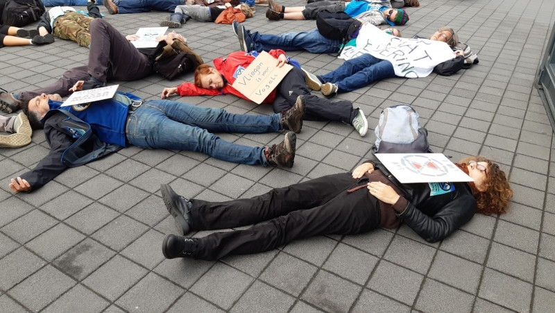 Die in Schiphol Plaza