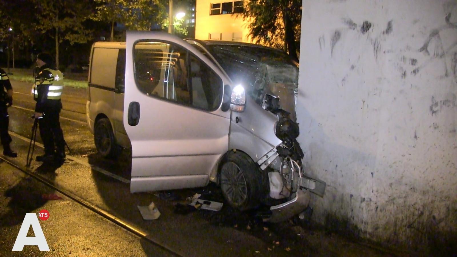 Busje total loss na botsing tegen pilaar in West, twee personen gewond.