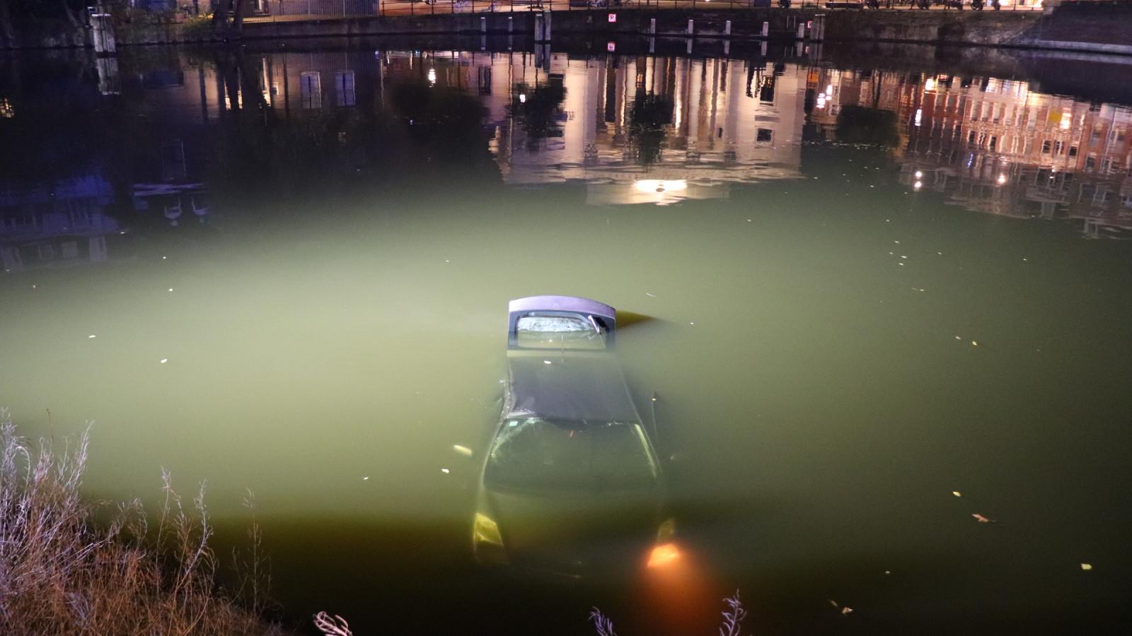 Taxi te water bij Westerpark, inzittenden verlaten plaats ongeval.