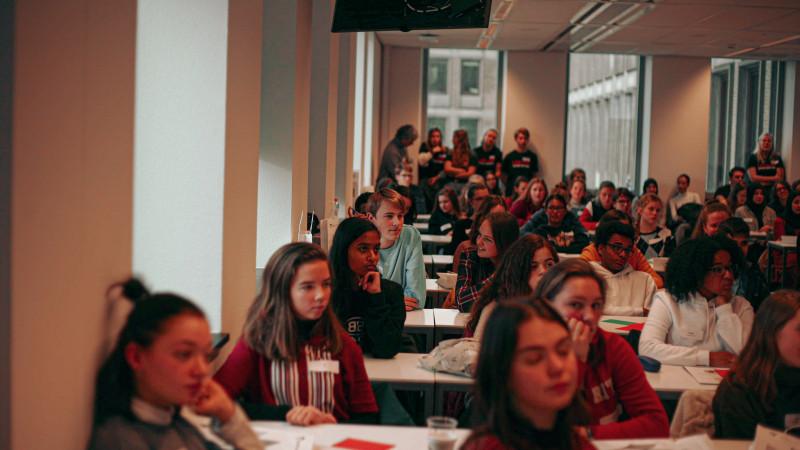 Middelbare scholieren volgen workshop Wibautstraat