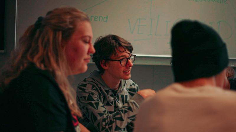 Middelbare scholieren volgen workshop Wibautstraat 3