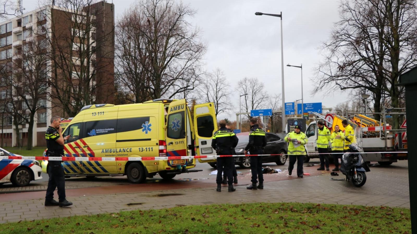 Scooterrijder zwaargewond na botsing bij Burgemeester de Vlugtlaan.
