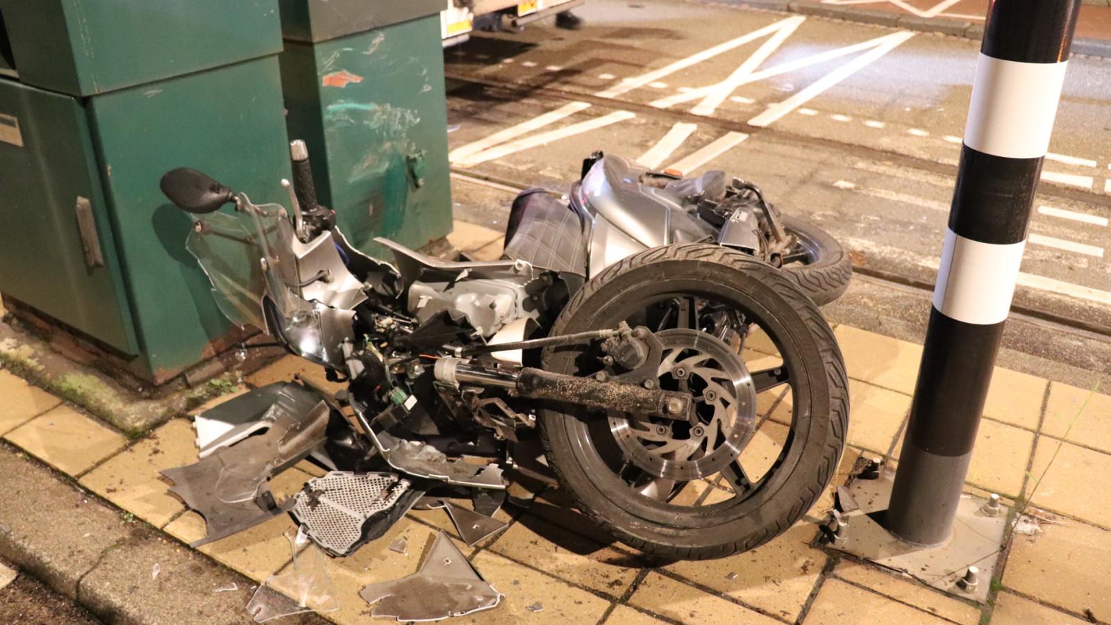 Scooterrijder gewond na botsing tegen slagboom in Oud-West.