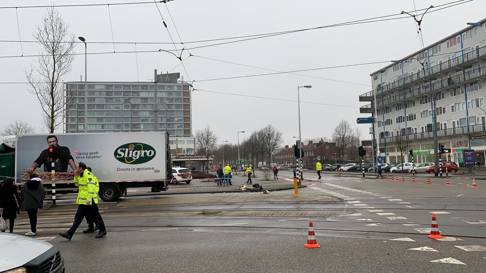 Fietser gewond bij aanrijding met vrachtwagen in Osdorp.