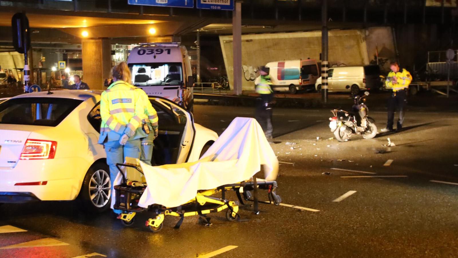 Scooterrijder gewond na botsing met taxi op Amstelveenseweg.