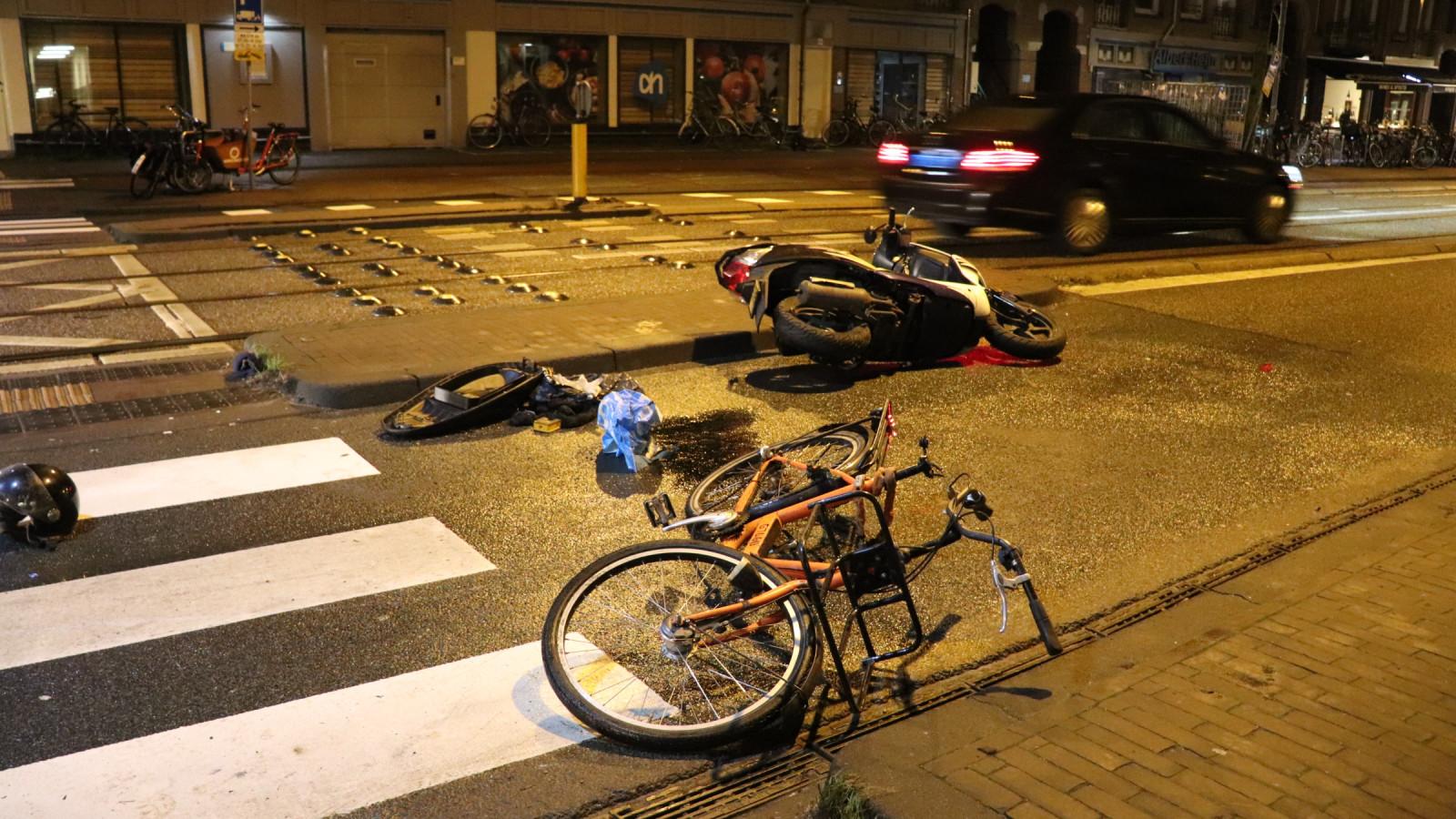 Scooterrijder en fietser gewond na botsing op Overtoom.