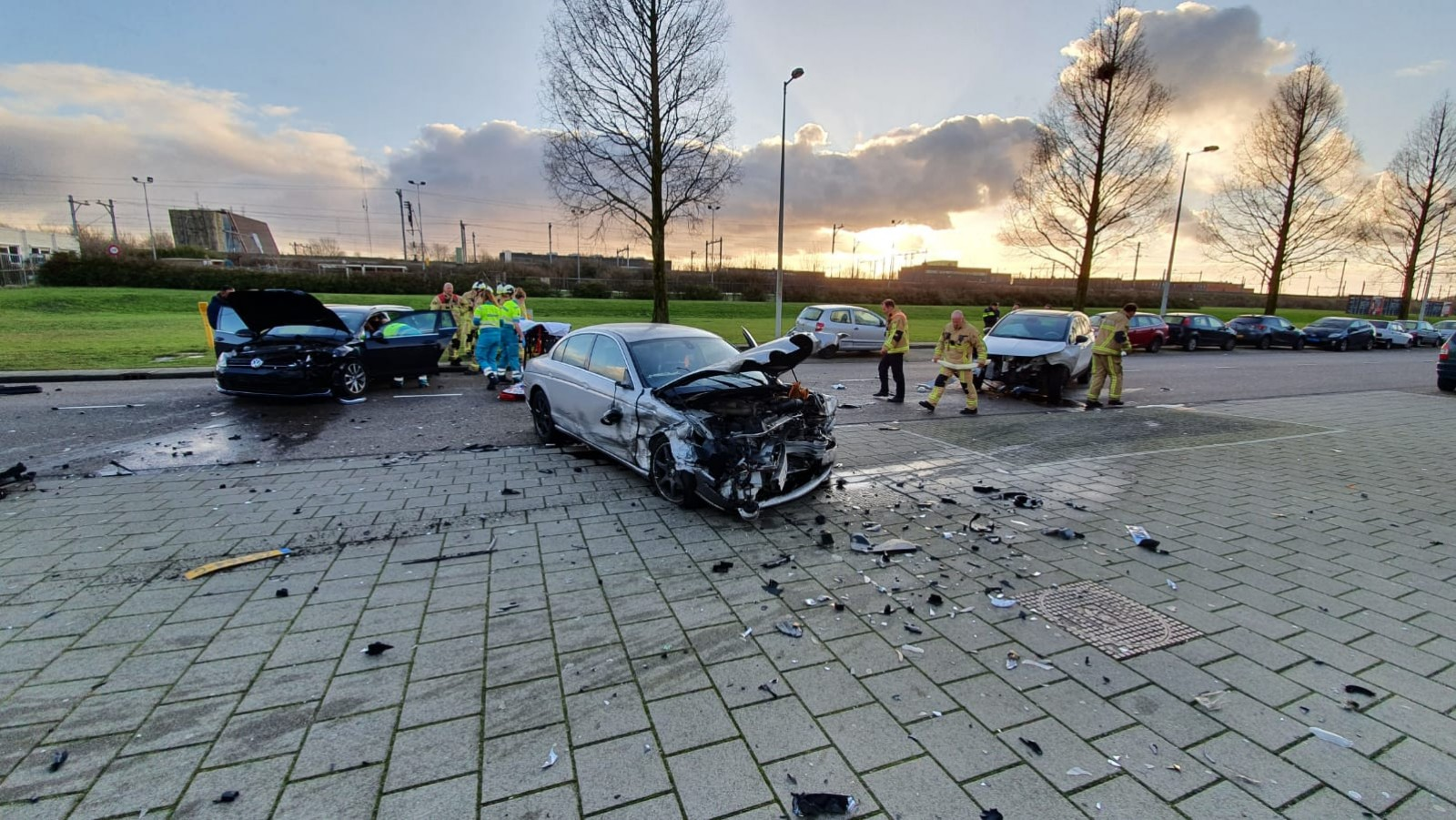 Man gewond bij botsing tussen drie autos Rhoneweg.