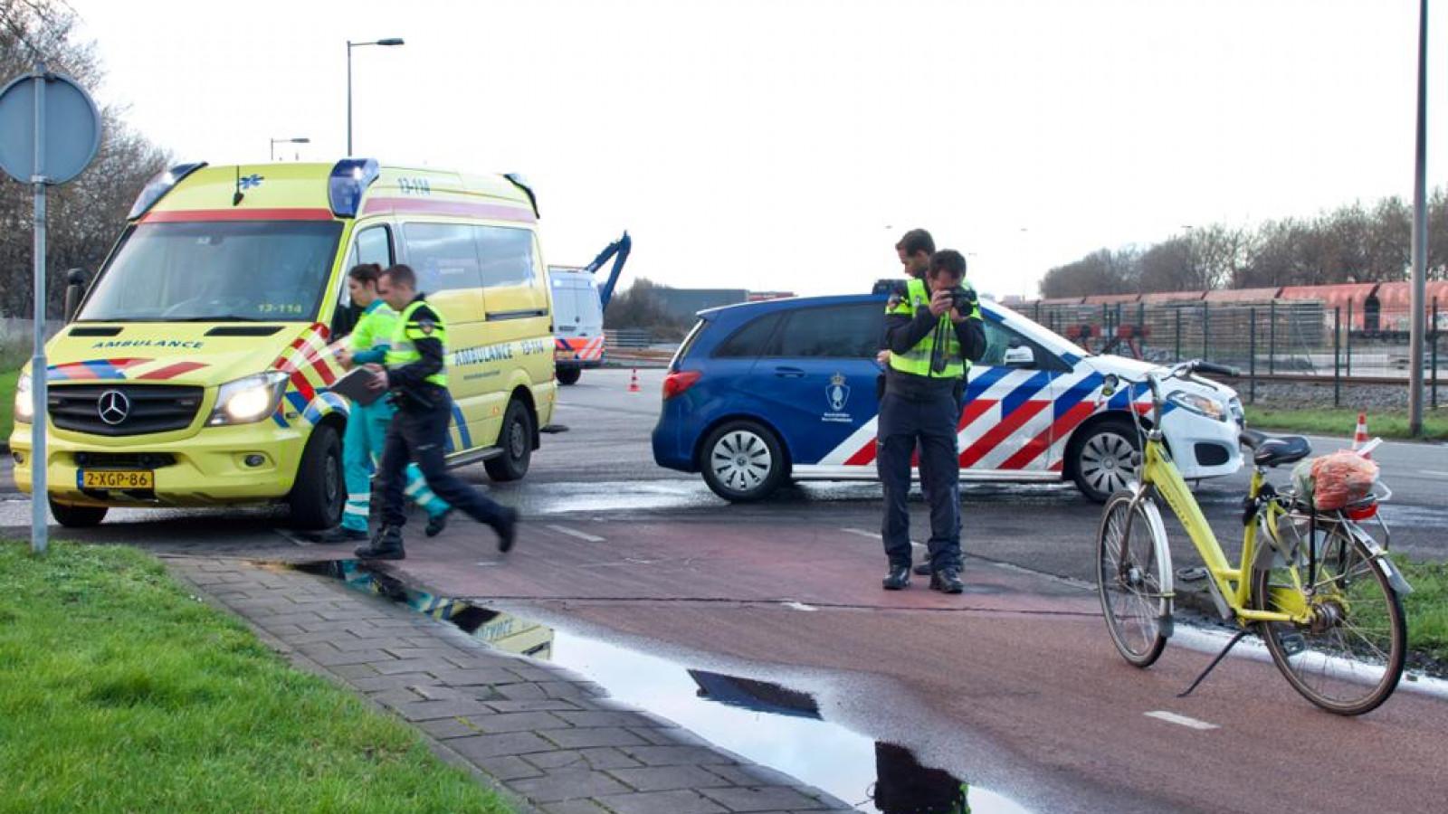 Fietser gewond na botsing met marechaussee-auto.