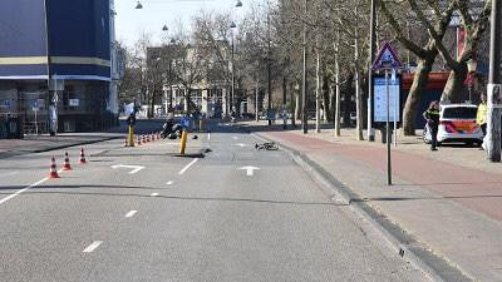 Fietsster gewond door aanrijding met motorscooter op Stadhouderskade.