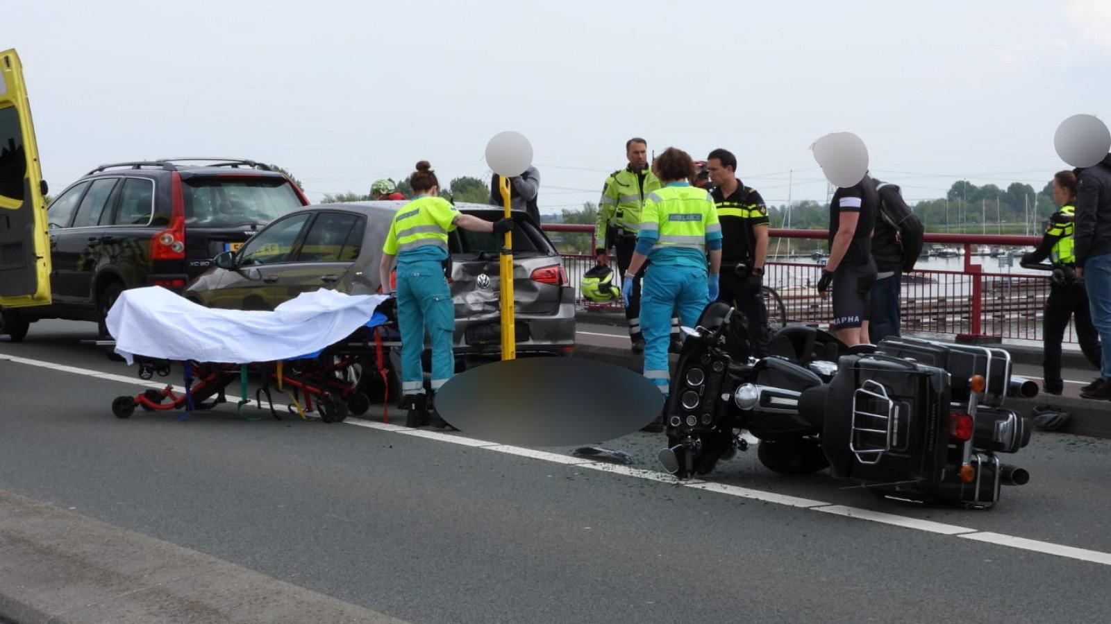 Motorrijder raakt gewond bij ongeluk op Schellingwouderbrug.