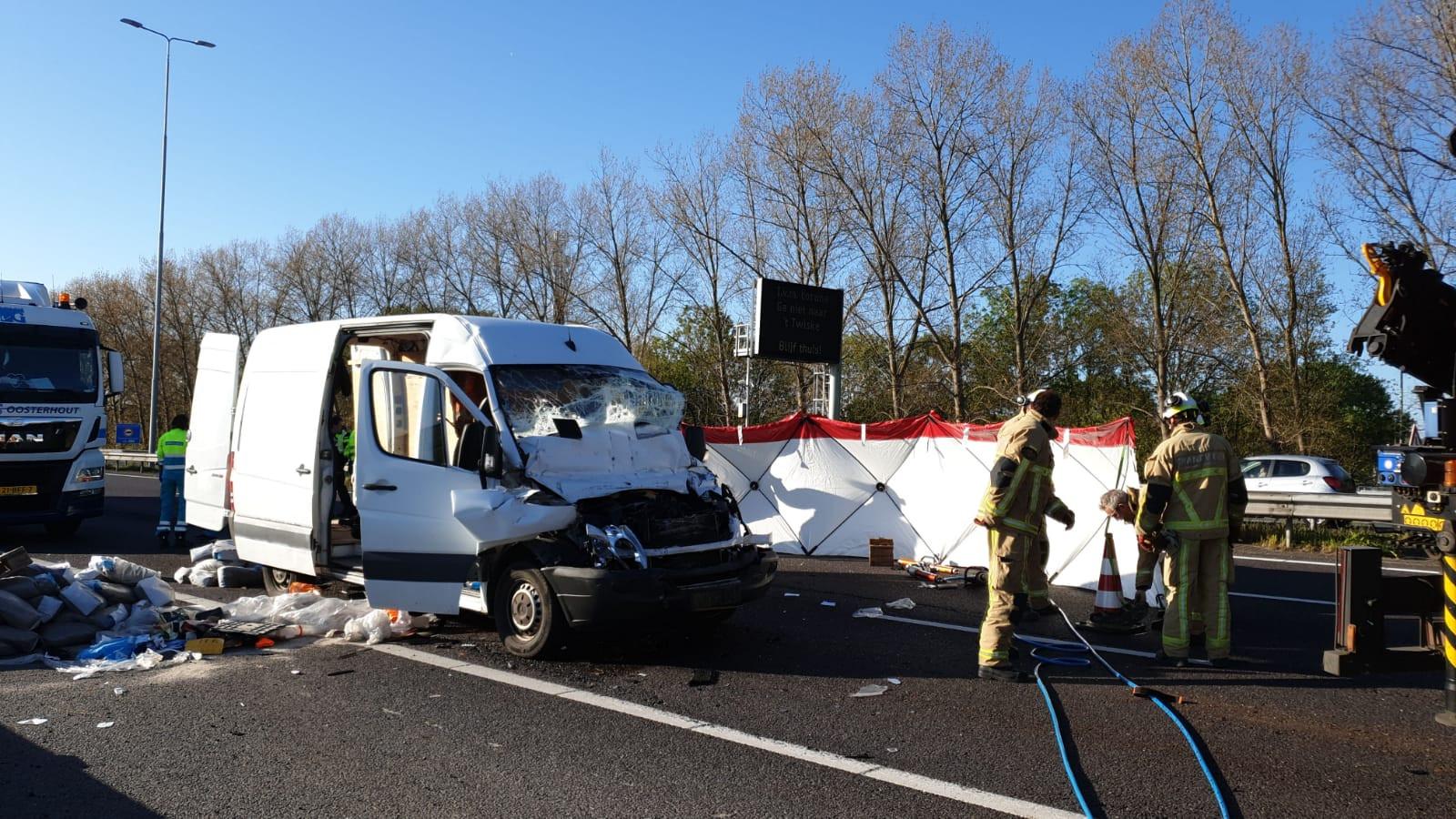 Bestuurder bestelbus overleden na ernstig ongeluk A10 Noord.