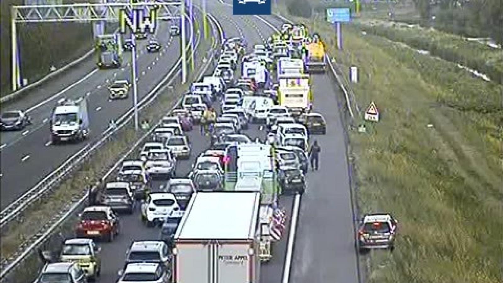 A10 richting Coenplein dicht door ongeval met zes voertuigen.